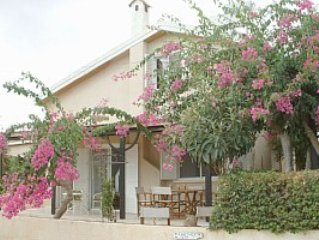 Beautiful 3 bedroom villa only 50 metres from a white sanded beach, holiday rental in Famagusta District
