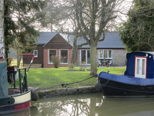 Canalside cottage situated on edge of Wilmcote village
