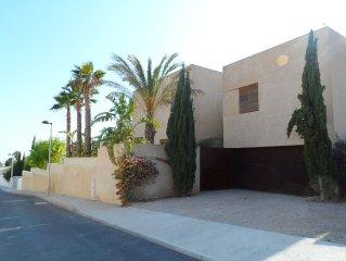 Villa cubique d'architectes de 400 m2. 10 couchages et piscine de 10 m de long.