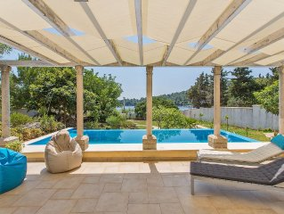 Stone-villa on the beach, pool, large garden, spacious rooms and best view