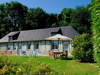 Charming classic country house in Honfleur, with garden, minutes from the sea.