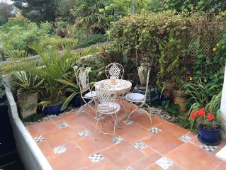 Quaint & Charming Seabreeze Cottage with garden, Sea Views, Open Fire,