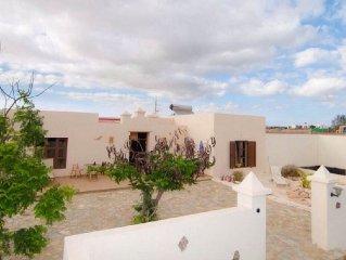 FINCA LA GAVIA, located in FUERTEVENTURA, cottage, with solarium, barbecue,