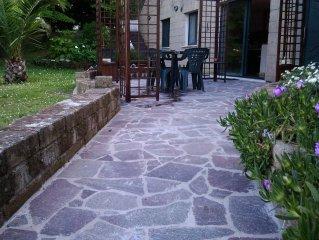 appartamento di 150 mq, due camere da letto, vista mare con ampio giardino