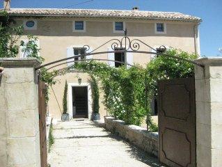 ancienne maison de village récemment rénovée avec piscine