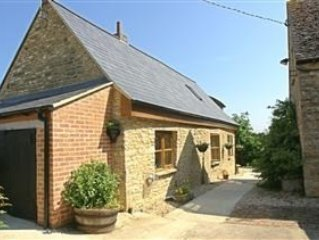 Idyllic cottage 12 miles Oxford, 5 minutes Blenheim, Cotswolds.  Pet friendly.