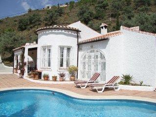 Prachtige luxe villa  met geweldig uitzicht op zee en bergen