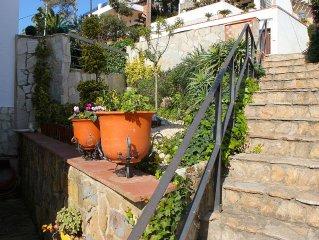 Casa con jardin cerrado, barbacoa y Pergola, muy soleado,