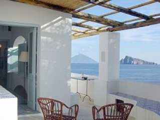 Panarea- Isole Eolie  OVERLOOKING THE SEA , a little delicious independent house