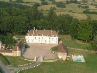 Aîle de château indépendante avec piscine près d'Autun (5km)