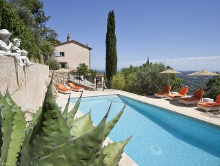 Charming 4-star holiday cottage on a family property w/sea view and heated pool