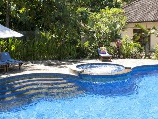 Luxe Villa Padma op Bali centrum Lovina zwembad staf tropische tuin