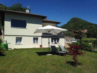 l'appartamento è situato a piano terra, con giardino BBQ, lettini ed ombrello
