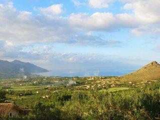 VILLA panoramica a 5 km dal mare, all'interno di una tenuta di uliveti