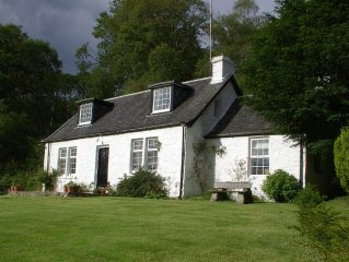 Beautiful cottage on the banks of Loch Lomond. Large garden and stream