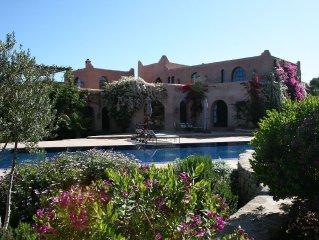 Vaste villa de charme au coeur d'un jardin luxuriant avec piscine et tennis