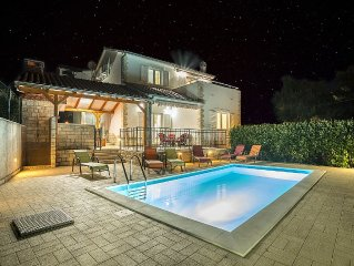 New Villa with pool for one group / family.