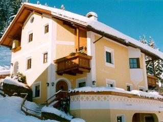 Appartamento in stile tirolese con una stube arredata in legno.