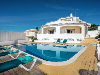 Just 10 min WALK to the BEACH, ideal for family or large groups, WIFI & AIR COND