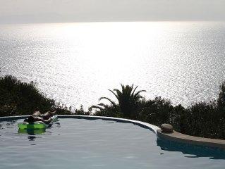 Fantastica villa con piscina a sfioro sul mare.