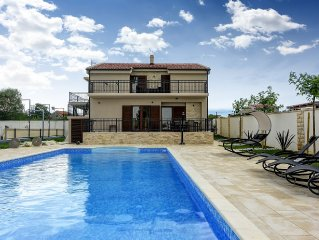 Luxurious Villa Tona with Heated Ppool, Sauna, Fo