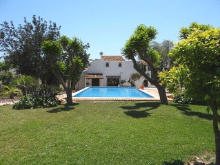 Lovely villa, 7 minutes walk from town, huge 76m2 pool & hottub, WIFI, SKY, etc.
