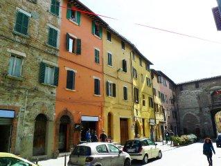 Ogni finestra è un quadro nel cuore di Perugia.