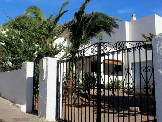 Charming cottage by the sea in Cabo de Gata. Garden, palm trees, porch ..