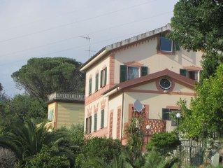 Confortevole appartamento in villa con terrazza e giardino privato vicino alle C