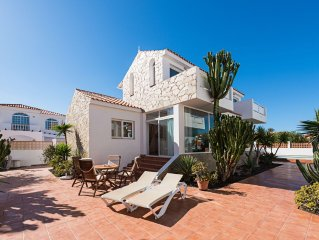 Modern and central villa 90m from the sea with garden pool and private parking