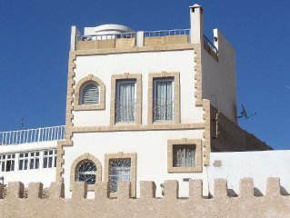 Traditional, bright house, in the heart of the Medina, 200m from the beach.
