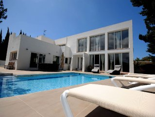 Modern Villa with Private Pool close to San Agustin & San Antonio