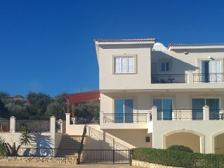 Luxury Holiday Villa with Private Pool, Gym, WiFi & Lovely Sea & Mountain Views