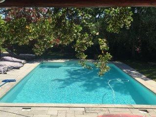 Mazet sans vis a vis dans jardin paysager clos avec acces piscine traitee au sel