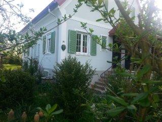 Nichtraucherhauschen im 'altmodischen' Garten mit Weinlaube