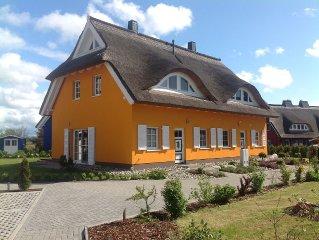 Exklusives Ferienhaus unter Reet direkt mit Blick auf Bodden und Ostsee