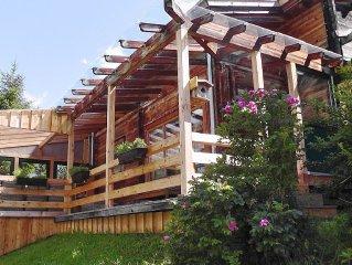 Holzblockhutte mit tollem Ausblick auf die Bergwelt im Wandel der Jahreszeiten