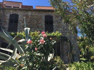Geraumiges Feldsteinhaus mit Dachterrasse, Meerblick und Mittelmeergarten