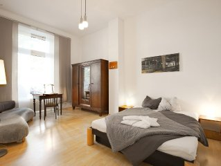 Grosse Altbauwohnung mit bis zu 5 Schlafraumen, 2 Eingangen und 3 Badezimmern