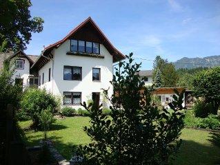 Neu renovierte helle Ferienwohnung, ruhige Lage, Aussicht auf umliegende Berge