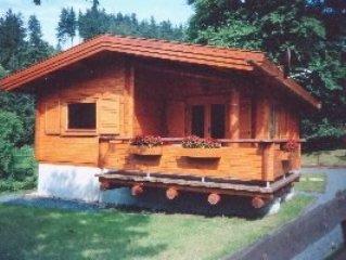 Urgemütliches Holzblockhaus am Waldrand mit großem Garten