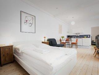 'Mini-Loft' in Kreuzberger Remise mit offener Küche und neuem Wannenbad