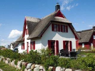Neues Ferienhaus unter Reet in Strandnahe mit W-LAN, Kamin u. Strandkorb 4 Pers.