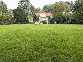 Riesiger Garten mit Baumhaus, Blockbohlensauna, Volleyball, Fussball, Trampolin