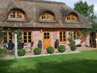 Wunderschones gepflegtes Reetdachhaus in Tating WLAN, Sauna, Kamin, ruhige Lage