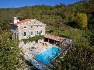 Grosse Villa, Naturstein, freistehend mit Pool, schon. Blick, 20 Min vom Strand