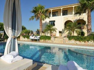 Frei stehende Luxus Villa mit Pool, wenige Minuten zum Strand, Panoramablick.