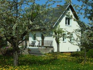 Gemütliches Ferienhaus in großem Garten, wenige Minuten zum Zentrum