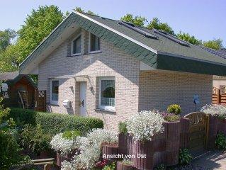 Komfortables Ferienhaus mit Gartenpavillon am breiten Ostseestrand
