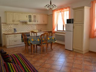 Charming apartment located 200m from the medieval city. Private parking. 4. PER